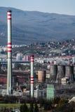工业城市-工厂设备在城市 非工作的铁器 免版税图库摄影