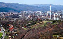 工业城市-工厂设备在城市 非工作的铁 免版税库存图片