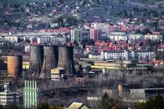 工业城市-工厂设备在城市 非工作的铁 库存图片