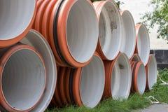 工业大直径用管道输送,橙色大管子说谎修理下水道 库存照片