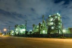 工业工厂在晚上 库存照片