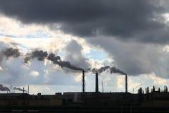 工业工厂污染大气和生态有害的放射化工处理 图库摄影