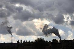 工业工厂污染大气和生态有害的放射化工处理 免版税库存照片