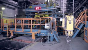 工业工厂视图 里面起重机勾子 股票录像