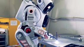 工业工厂靠机械装置维持生命的人焊接一金属片 4K 股票视频
