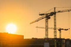 工业建筑用起重机和大厦剪影 免版税库存图片