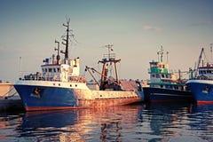 工业捕鱼小船在口岸被停泊 免版税库存图片