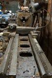 工业机器在一家老工厂 库存图片