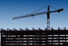 工业机械和建筑用起重机 建设中起重机和摩天大楼,在日落,日出Buildin的城市地平线 免版税图库摄影