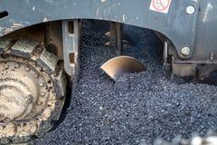 工业机械细节与沥青,与热的沥青的混合的沥清一起使用,分层堆积路面上 库存图片