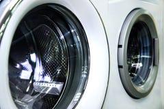 工业洗衣机的圆的装载的舱口盖在商店 库存图片