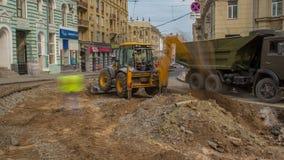 工业用货车装载者挖掘机移动的地球和卸载入倾销者卡车timelapse 影视素材