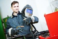 工业电弧焊接工作者 免版税库存照片