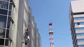 工业登山人队在工作,他们洗涤大厦门面 股票视频
