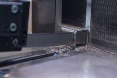 工业看见了与水冷却为锯的金属 宏指令 库存照片