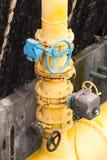 工业空调器管子和阀门在高大厦的 库存照片