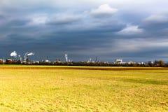 工业背景在一多云天 库存照片