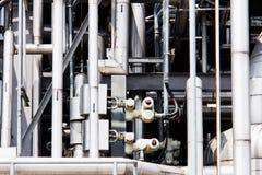 工业能源厂钢管道和缆绳  免版税库存图片