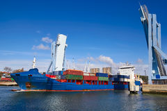 工业船出去从一座开放吊桥的,波尔图 免版税图库摄影