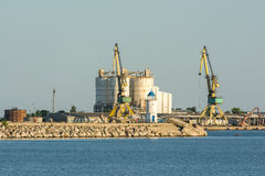 工业起重机和筒仓在口岸 库存图片