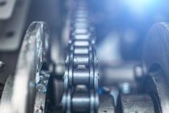工业路辗链子,与选择聚焦的技术背景 免版税库存照片