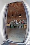工业车床被变换成一张桌待售在一个酒吧 免版税图库摄影
