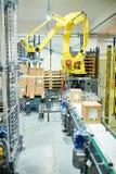 工业采摘机器人在工作 免版税库存图片