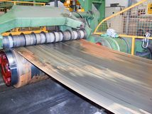 工业金属盘绕切削刀机器 免版税库存照片