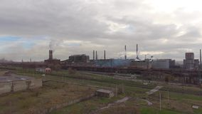 工业钢铁厂鸟瞰图  空中sleel工厂 飞行在烟钢铁厂管子 股票视频