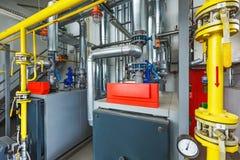 工业锅炉房的内部与一许多的p 图库摄影