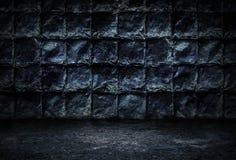 工业难看的东西背景、生锈的金属板暗室墙壁和水泥地板 免版税库存照片