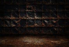 工业难看的东西背景,有生锈的金属板墙壁的暗室,肮脏的金属地板 库存照片
