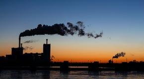 工业风景在黎明 免版税库存图片