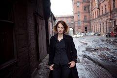 工业风景背景的哀伤的红发女孩  走的妇女 库存图片