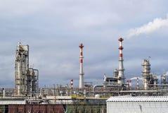 工业风景:化学制品或炼油厂的全视图 库存图片
