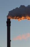 工业风景-烟囱抽烟 免版税库存照片
