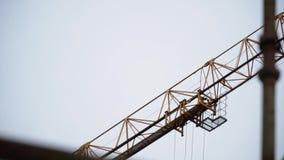 工业黄色起重机和天空在建筑 夹子 塔黄色起重机 股票录像
