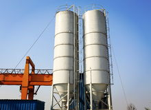 工业水泥筒仓在水泥工厂,水泥坦克,水泥存贮塔 免版税图库摄影