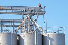 工业建筑学筒仓,大坦克由存贮粒状材料的混凝土制成在蓝天下 免版税库存图片