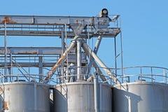 工业建筑学筒仓,大坦克由存贮粒状材料的混凝土制成在蓝天下 免版税库存照片