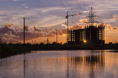 工业建筑用起重机和大厦剪影 免版税图库摄影