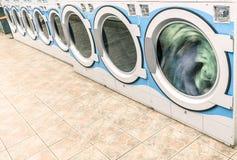 工业洗衣机在一家公开洗衣店 库存图片
