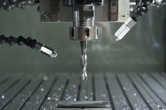工业cnc磨房自动化的金属处理机 免版税库存照片