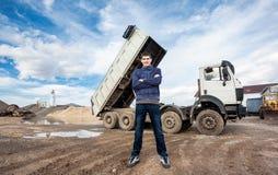年轻工人和大卡车 免版税图库摄影