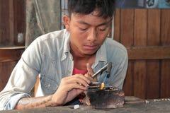 年轻工人在珠宝车间 图库摄影