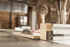 年轻工人在细木工技术方面 库存图片