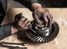 工人用肮脏的手 免版税库存图片