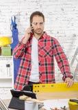 年轻工人电话,在他的演播室 免版税图库摄影