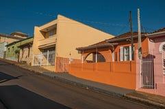 工人阶级在圣曼努埃尔上色了房子和篱芭在一条空的街道在一个晴天 图库摄影