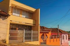 工人阶级在圣曼努埃尔上色了房子和篱芭在一条空的街道 免版税库存照片